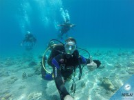 подводная прогулка с инструктором группы OW_underwater swimming_scuba instructor with students from Open Water Diver course